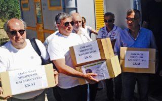 Ο Πρόεδρος της Κ.Ε.Δ.Ε Γιώργος Πατούλης και εθελοντές μεταφέρουν είδη πρώτης ανάγκης, σε προσφυγικό καταυλισμό στη Λέσβο.