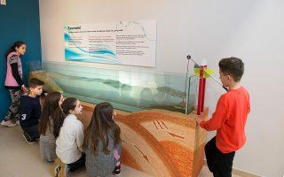 Η γνώση στο Μουσείο Φυσικής γίνεται βιωματική. Τα ίδια τα παιδιά «δημιουργούν» το κύμα... προκειμένου να προκληθεί το τσουνάμι.