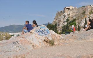 Στη φωτογραφία, γκράφιτι στην Πνύκα, που εκθέτουν την Ελλάδα στα βλέμματα χιλιάδων ξένων επισκεπτών.