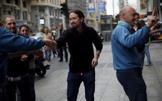 Ο Πάμπλο Ιγκλέσιας, ηγέτης του Podemos, χαιρετά ψηφοφόρους του κόμματός του στους δρόμους της Μαδρίτης.