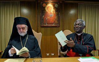 Ο Μητροπολίτης Περγάμου Ιωάννης και ο Γκανέζος καρδινάλιος, Τέρκσον, επεξεργάζονται, στη Συνοδική Αίθουσα του Βατικανού, την Εγκύκλιο του Πάπα Φραγκίσκου, με την οποία ο Ποντίφικας απευθύνει αγωνιώδη έκκληση για τη σωτηρία του περιβάλλοντος και του πλανήτη. Στην Εγκύκλιο, με τίτλο «Ας είναι ευλογημένο», ο Ποντίφικας καλεί τους κατοίκους και τους κυβερνώντες της Δύσης να εγκαταλείψουν τον σπάταλο, καταναλωτικό τρόπο ζωής.