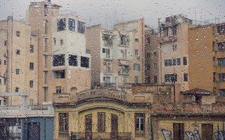 Μια βροχερή όψη της οδού Ερμού, από τη Βιργινία Φιλιππούση, στο Πολιτιστικό Κέντρο «Μελίνα».