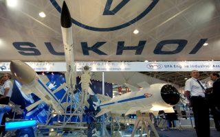 Το περίπτερο της ρωσικής κατασκευάστριας εταιρείας μαχητικών αεροσκαφών Sukhoi το έτος 2004, στην έκθεση εξοπλιστικών συστημάτων του Ζουχάι στην Κίνα.
