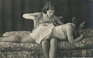 Το φόρεμα σκίζεται αργά αργά με το ψαλίδι. Μία από τις πολλές ερωτικές φωτογραφίες του Τσέχου Ζακ Μπίντερερ.