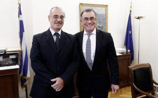 Ο κ. Νουριέλ Ρουμπινί (δεξιά) με τον αναπληρωτή υπουργό Οικονομικών Δημήτρη Μάρδα.