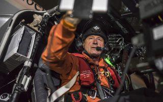 Ο Μπόρσμπεργκ στο χειριστήριο του Solar Impulse 2, λίγο πριν από την απογείωση για το δυσκολότερο σκέλος του ταξιδιού, πάνω από τον Ειρηνικό.