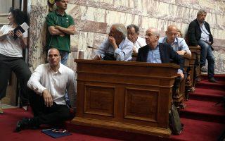 Ο υπουργός Οικονομικών, μοναχικά καθισμένος στο πάτωμα του Ελληνικού Κοινοβουλίου, θυμίζει τον Διογένη τον Κυνικό, ο οποίος εμφανίζεται (επίσης) καθισμένος στα σκαλιά της Αρχαίας Αγοράς των Αθηνών, σύμφωνα με τον ζωγράφο Ραφαήλ στην περίφημη νωπογραφία η «Σχολή των Αθηνών».