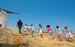 Βόλτα στους ανεμόμυλους του χωριού, που έχουν θέα όλο τον κάμπο. (Φωτογραφίες: Βαγγέλης Ζαβός).