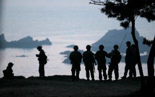 Νοτιοκορεάτες πεζοναύτες φρουρούν τα σύνορα μεταξύ Νοτίου και Βορείου Κορέας.