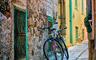 Δύσκολη αλλά εφικτή η βόλτα με ποδήλατο στην Ανω Σύρο, πιο εύκολη ωστόσο στην Ερμούπολη.
