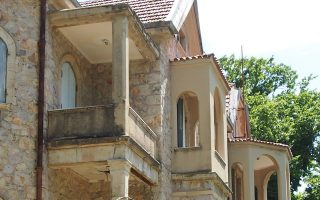 Το κτίριο του Ανακτόρου στο Τατόι κακοποιήθηκε μορφολογικά στη διάρκεια της δεκαετίας του 1930.