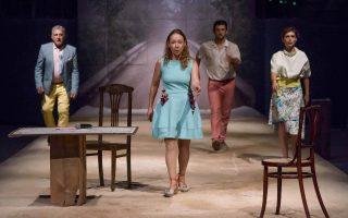 Σκηνή από την παράσταση «Διασκεδαστικές ιστορίες περί θνητότητας», που βασίζεται σε διηγήματα του Αντον Τσέχοφ.
