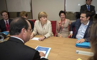 epa04819577 A handout picture provided by the Greek Prime Minister's Press Office showing Prime Minister of Greece Alexis Tsipras (R) speaking with German Chancellor Angela Merkel (C) and French President Francois Hollande (L), during their meeting, at the European Summit at the EU Council headquarters in Brussels, Belgium, 26 June 2015.  EPA/ANDREA BONETTI / PM PRESS OFFICE / HANDOUT  HANDOUT EDITORIAL USE ONLY/NO SALES