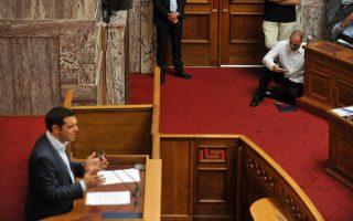 Χαλαρός καθισμένος στο πάτωμα ο υπουργός Οικονομικών Γιάνης Βαρουφάκης, ενώ ο πρωθυπουργός Αλέξης Τσίπρας μιλούσε χθες στην αίθουσα της Γερουσίας.