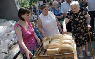 Κάτοικοι του Ντονέτσκ εξασφάλισαν χθες ψωμί σε συσσίτιο της κυβέρνησης της Λαϊκής Δημοκρατίας.