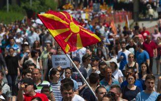 Διαδήλωση οπαδών της αντιπολίτευαης κατά του Γκρούεφσκι. Η πολιτειακή δυσλειτουργία στα Σκόπια και η όξυνση των σχέσεων της Ελλάδας με την Αλβανία εντείνουν και το πρόβλημα αποσταθεροποίησης στα Βαλκάνια.