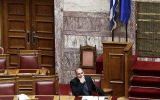 Ο υπουργός Οικονομικών Γιάνης Βαρουφάκης, χθες, στα υπουργικά έδρανα στη Βουλή. Απαντώντας σε ερώτηση του βουλευτή του «Ποταμιού» Χάρη Θεοχάρη, ο κ. Βαρουφάκης φρόντισε να κάνει διακριτές τις αποστάσεις του από μία συμφωνία της κυβέρνησης, που θα βασίζεται στις προτάσεις τις οποίες έχουν υποβάλει οι θεσμοί. «Με τις προτάσεις παραμένει η μνημονιακή σκοτοδίνη», είπε χαρακτηριστικά.