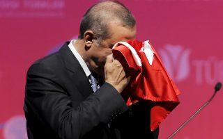 Το αποτέλεσμα θέτει υπό αμφισβήτηση την παντοδυναμία του προέδρου, Ταγίπ Ερντογάν, ο οποίος παρά τις συναισθηματικά φορτισμένες ομιλίες του –στη φωτογραφία φιλά μια τουρκική σημαία– προκάλεσε την οργή μεγάλου μέρους της κοινωνίας με τον αυταρχισμό και την ουσιαστική εμπλοκή του στην προεκλογική εκστρατεία υπέρ του ΑΚΡ, παραβιάζοντας την ουδετερότητα του προεδρικού θώκου.