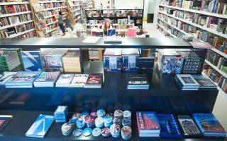 «Αυτό που έχει γίνει με την κατάργηση της ενιαίας τιμής δύσκολα το φαντάζεται κανείς. Υπάρχουν δυο-τρία μεγάλα βιβλιοπωλεία που κάνουν ασύλληπτες εκπτώσεις, τις οποίες αποσπούν από τους εκδότες», λέει ιδιοκτήτης βιβλιοπωλείου.