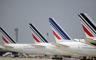 Στην περίπτωση της αεροπορικής εταιρείας Air France-KLM, η διοίκησή της σχεδιάζει να ελαττώσει τον αριθμό των πτήσεών της στον ολλανδικό της βραχίονα, αυτόν της KLM με έδρα το αεροδρόμιο Σίπχολ του Αμστερνταμ.