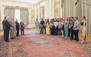 Ο Πρόεδρος της Δημοκρατίας κ. Προκόπης Παυλόπουλος είχε συνάντηση με 20 φοιτητές και φοιτήτριες από το Πανεπιστήμιο της Κύπρου, καλεσμένους από το ΕΚΠΑ, χθες, στο Προεδρικό Μέγαρο. Τους συνόδευε ο δήμαρχος του κατεχόμενου Δήμου Κυθρέας κ. Πέτρος Καρεκλάς, στην υποδοχή ο γεν. γραμματέας Προεδρίας πρέσβης κ. Γιώργος Γεννηματάς, ο πρέσβης της Κύπρου στην Ελλάδα κ. Κυριάκος Κενεβέζος και ο καθηγητής κ. Παναγιώτης Κοντός (φωτ. Eurokinissi - Γιάννης Παναγόπουλος, 21-7-2015).
