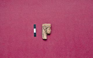 Τμήμα ελεφαντοστέινου ειδωλίου από τη Βόρειο Συρία. 8ος αι. π.Χ. βρέθηκε στην Ιαλυσό, στον αποθέτη του ιερού της Αθηνάς. Βρίσκεται στο Αρχαιολογικό Μουσείο Ρόδου.