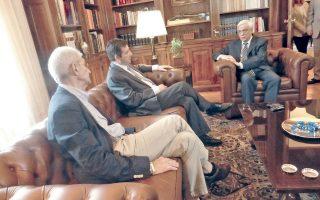 «H θέση της Eλλάδας, αδιαπραγμάτευτη άλλωστε, είναι στην Eυρώπη και στην Eυρωζώνη», επισημαίνει ο Πρόεδρος της Δημοκρατίας κ. Προκόπης Παυλόπουλος στη συνάντηση, χθες, με τους δημάρχους Aθήνας και Θεσσαλονίκης. (Φωτογραφίες Eλένη Mπίστικα - 30 Iουνίου 2015)