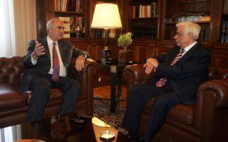 Ο μεταβατικός αρχηγός της Νέας Δημοκρατίας και αρχηγός της αξιωματικής αντιπολίτευσης κ. Ευάγγελος Μεϊμαράκης, πρωινός επισκέπτης σε θεσμική ενημέρωση από τον Πρόεδρο της Δημοκρατίας κ. Προκόπη Παυλόπουλο, εκθέτει δυναμικά τις απόψεις του (φωτο ΑΠΕ / Αλέξανδρος Μπελτές).