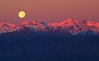 «Πανσέληνος πάνω από τις Αλπεις» του Stefano De Rosa. Η εντυπωσιακή φωτογραφία τραβήχτηκε λίγα λεπτά πριν από την ανατολή του Ηλίου στην περιοχή του Τορίνου, στην Ιταλία.