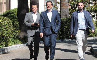 H έξοδος. Bγήκε πρώτος ο «μόνος διαπραγματευτής της συμφωνίας», πρωθυπουργός κ. Aλέξης Tσίπρας, γελαστός, χωρίς δηλώσεις στα MME που περίμεναν έξι και πλέον ώρες στον δρόμο... (AΠE - MΠE - Παντελής Σαΐτας, 6/7/2015)