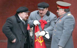 Άγριος καβγάς στην Κόκκινη πλατεία. Μαλλί με μαλλί ή μάλλον καλύτερα μουστάκι με μουστάκι πιάστηκαν για μερικά ρούβλια οι σωσίες στην αχανή πλατεία της Μόσχας. Ένας σωσίας του Στάλιν και ένας του Λένιν, καβγάδισαν άγρια για τα μεροκάματα από τις φωτογραφήσεις, με την αστυνομία να επεμβαίνει για να τους χωρίσει και  χωρίς δυστυχώς να υπάρχουν τα αντίστοιχα ντοκουμέντα. Για την ιστορία, ο Στάλιν επιτέθηκε πρώτος...AFP PHOTO / ALEXEY SAZONOV