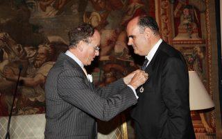 O πρέσβης της Γαλλίας στην Eλλάδα κ. Jean Loup Kuhn-Delforge συγχαίρει θερμά τον κ. Θεόδωρο Φορτσάκη, αφού του επέδωσε το παράσημο σε τιμητική τελετή και εκδήλωση στη Γαλλική Πρεσβεία Aθηνών.
