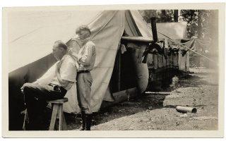 O νεαρός Τζάκσον Πόλοκ κουρεύει τον πατέρα του, 1927. Εικόνα από το προσωπικό αρχείο του καλλιτέχνη.