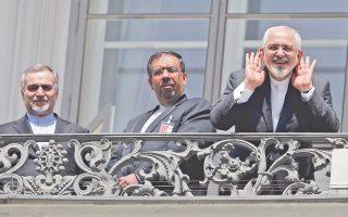 Ο Ιρανός υπουργός Εξωτερικών, Τζαβάντ Ζαρίφ (δεξιά), μιλάει στους ξένους ανταποκριτές από το μπαλκόνι του δωματίου του, στο ιστορικό ξενοδοχείο της Βιέννης Palais Coburg, έδρα των διαπραγματεύσεων για το ιρανικό πυρηνικό πρόγραμμα.