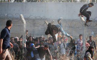 Σύροι πρόσφυγες περνούν τα σύνορα προς την Τουρκία στην περιοχή Ακτσάκαλε της επαρχίας Σανλιούρφα.