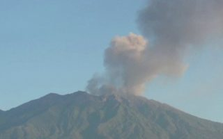 Το όρος Ραούνγκ στην ανατολική Ιάβα της Ινδονησίας καλύπτει τον ουρανό με στάχτη. Κλειστά πέντε αεροδρόμια της χώρας.