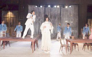 Ο Βασίλης Χαραλαμπόπουλος και ο Γιώργος Κοψιδάς σε μια σκηνή από τους «Αχαρνής», που έκαναν πρεμιέρα την Παρασκευή και το Σάββατο στο αρχαίο θέατρο της Επιδαύρου. Επόμενος σταθμός στις 15 και 16 Ιουλίου η Θεσσαλονίκη.