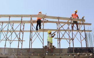 Οι εξελίξεις βυθίζουν ξανά τον κλάδο της οικοδομής. Σημειώνεται ότι το πρώτο τρίμηνο ο όγκος της οικοδομικής δραστηριότητας αυξήθηκε κατά 29,2%, έναντι πτώσης της τάξεως του 17% την αντίστοιχη περσινή περίοδο.