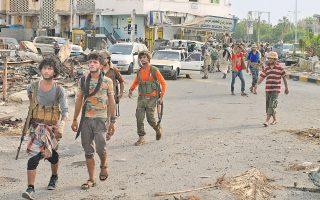 Ντόπιοι μαχητές στο Αντεν, που βρίσκεται στη νότια Υεμένη, ενισχύθηκαν στην αντίσταση κατά των βορείων Χούθι από τη Σαουδική Αραβία και τα Ηνωμένα Αραβικά Εμιράτα.