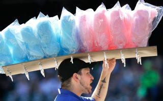 Πωλητής πουλάει μαλλί της γριάς σε παιχνίδι μπέιζμπολ. Μόλις το 5% των θερμίδων που προσλαμβάνουμε καθημερινά πρέπει να αποτελεί η ζάχαρη.