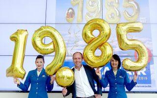 Ο Επικεφαλής Marketing της Ryanair Kenny Jacobs, με τις Mikeala Feeney και Angela Garcia, μέλη πληρώματος θαλάμου επιβατών στα κεντρικά γραφεία της Ryanair.