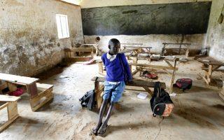 Ο πάμφτωχος Barack Obama. Ένας από τους μαθητές του σχολείου στο Kogelo ποζάρει για τον φωτογράφο. Όπως αρκετά παιδιά της περιοχής έχει πάρει το όνομά του  από τον 44ο Πρόεδρο των ΗΠΑ, του οποίου ο πατέρας έχει γεννηθεί στο μικρό χωριουδάκι της Κένυα. Το ίδιο όνομα φέρει και το σχολείο του, «Δημοτικό Σχολείο Γερουσιαστή Ομπάμα» και είναι σίγουρο όταν τον επόμενο μήνα, όπου  ο πρώτος μαύρος Πρόεδρος θα  επισκεφθεί την Αφρική, όλα τα φώτα θα στραφούν στους πάμφτωχους συνονόματους του «δικού» τους Προέδρου. REUTERS/Thomas Mukoya