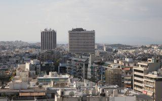 Σε ό,τι αφορά τα ενοίκια γραφείων, στο σύνολο της χώρας η πτώση του δεύτερου εξαμήνου άγγιξε το 10% σε σχέση με το αντίστοιχο διάστημα του προηγούμενου έτους. Η μικρότερη πτώση καταγράφεται στην Αθήνα με 6,9%, ενώ μεγαλύτερη ήταν η μείωση στη Θεσσαλονίκη με 8,3% και στην υπόλοιπη Ελλάδα με 13,9%.