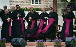 Χαράς Ευαγγέλια. Δεν δίστασαν να το ρίξουν στο χορό οι ιερείς που περίμεναν την άφιξη του Πάπα Φραγκίσκου στο Quito.Η επίσκεψη του ΛατινοΑμερικανού Πάπα σημαδεύτηκε από τεράστια πλήθη και εκδηλώσεις χαράς, για έναν  θρησκευτικό ηγέτη που δικαίως τον θεωρούν «δικό τους». AFP PHOTO /RODRIGO BUENDIA