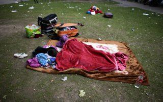 Άσυλο στο Βερολίνο. Δυο παιδιά κοιμούνται στο ύπαιθρο και  δίπλα στα πράγματά τους στο κέντρο υποδοχής της υπηρεσίας ασύλου του Βερολίνου. Από την αρχή του χρόνου, η υπηρεσία έχει δεχθεί 180.000 αιτήσεις ασύλου, αριθμός διπλάσιος από την αντίστοιχη περυσινή περίοδο. AP Photo/Markus Schreiber)