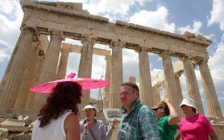 Από τα περυσινά μεγέθη του ελληνικού τουρισμού και σε εκτιμήσεις των φορέων στην αρχή του χρόνου για την εξέλιξη των εσόδων, το ύψος των ταξιδιωτικών εισπράξεων το τρίμηνο Ιουλίου - Σεπτεμβρίου θα μπορούσε να φθάσει φέτος τουλάχιστον σε 8,2 δισ. ευρώ. Υπό τις παρούσες συνθήκες, το ύψος αυτό των ταξιδιωτικών εισπράξεων για τη χώρα τίθεται υπό αμφισβήτηση.