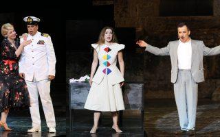Από αριστερά: Νάντια Κοντογεώργη, Χάρης Ρώμας, Ειρήνη Καράγιαννη και Χάρης Ανδριανός στη σκηνή του Ηρωδείου.