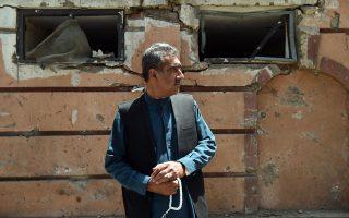 Αφγανός πολίτης στο σημείο όπου νωρίτερα εκδηλώθηκε βομβιστική επίθεση εναντίον αυτοκινητοπομπής του ΝΑΤΟ στην Καμπούλ.