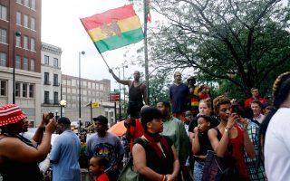 Ειρηνικά διαδήλωσαν περίπου 300 άτομα έξω από το δικαστικό μέγαρο του Σινσινάτι στο Οχάιο.