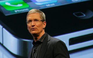 Σε ηλεκτρονικό μήνυμα εργαζόμενου προς τον Τιμ Κουκ, τον επικεφαλής της Apple, αναφέρεται ότι, «οι προϊστάμενοι ψάχνουν μπροστά στους πελάτες τα πράγματά μας και αναγκάζονται να μας συμπεριφέρoνται σαν να είμαστε εγκληματίες».